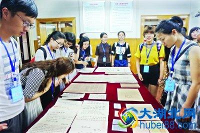 8日,大学生们参观武汉珍贵历史档案文献 龚敏 摄