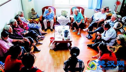 图为毕业58年后,老同学们在家人陪同下在傅院士家中聚会