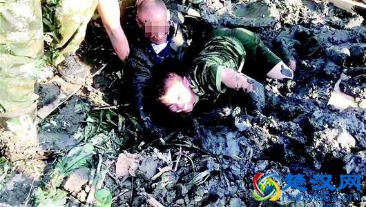 图为:消防队员从泥潭中救起爹爹
