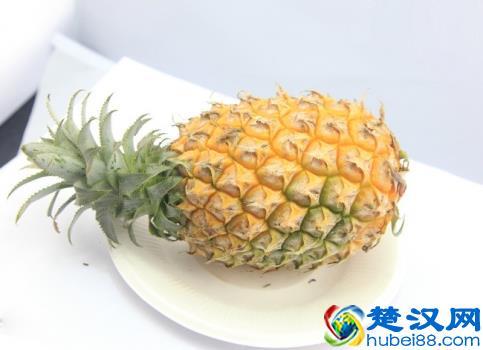 挑选大小均匀菠萝